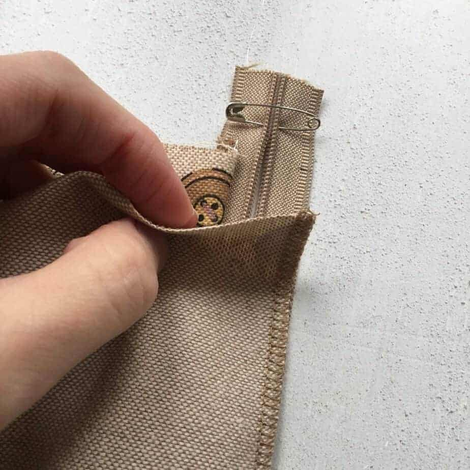 Tutorial for an easy sew hidden zipper cushion cover in four steps