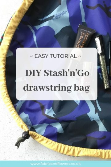 Tutorial for a Stash'n'Go make-up bag, draws up in to a pouch and lays flat to see everything easily!