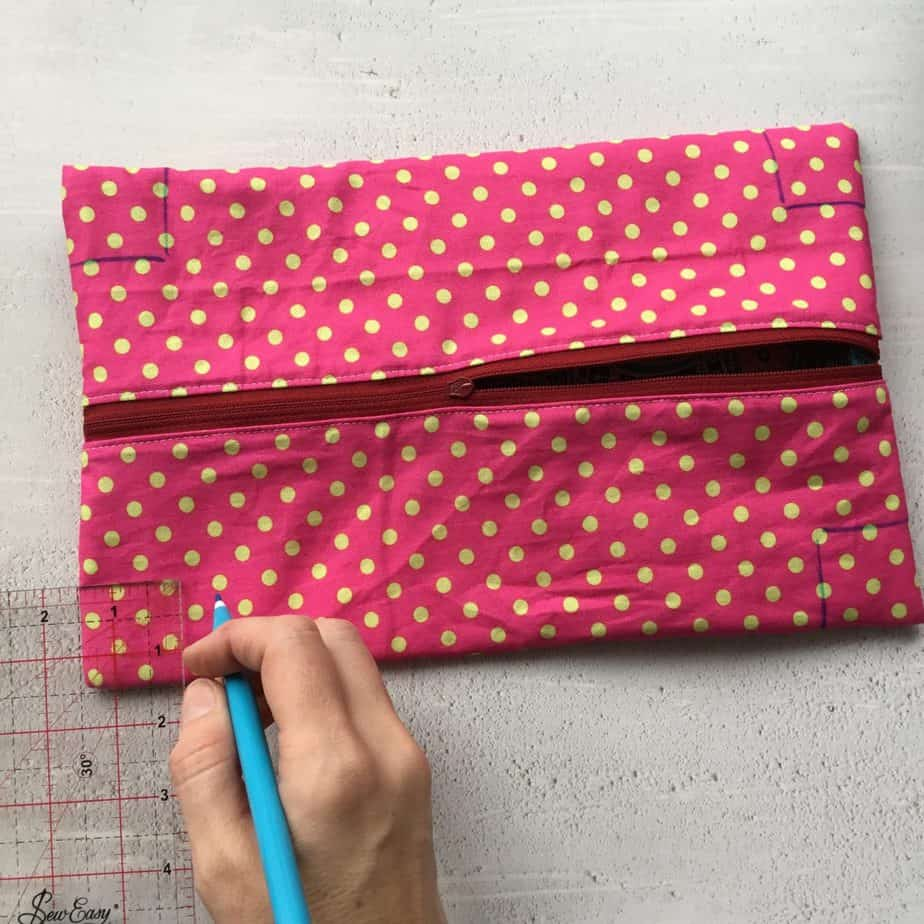 Tutorial for an easy to make zippered boxy pouch that is fully lined and finished neatly on the inside.
